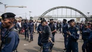 En république démocratique du Congo, certaines organisations liées à des partis politiques font usage des effets de la police ou de l'armée, bérets, ceinturons ou bottes militaires.