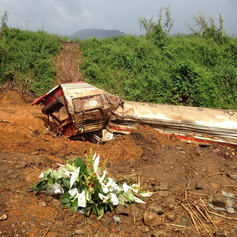 Hommage aux victimes, des fleurs déposées à proximité des lieux du drame.