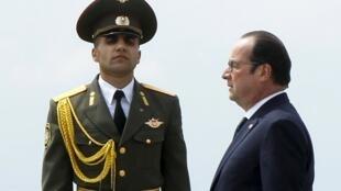 Le président français François Hollande lors de la cérémonie de commémoration au mémorial des victimes du génocide à Erevan, le 24 avril 2015.