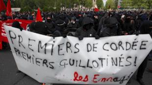 Près de 1200 militants de la mouvance Black Bloc étaient rassemblés en tête de cortège lors du défilé syndical du 1er-Mai à Paris.