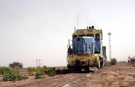 Ce train est composé d'une centaine de wagons transportant des minerais.