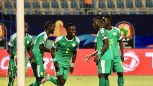 Les Sénégalais fêtent le but d'Idrissa Gana Gueye face au Bénin, en quarts de finale de la CAN 2019, le 10 juillet 2019.