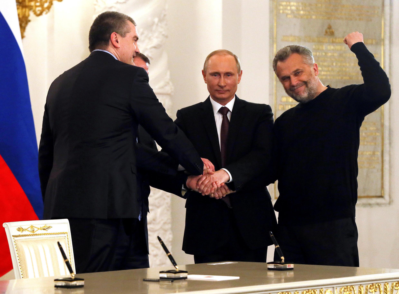 Thủ hiến Crimée Sergei Aksyonov (T), tổng thống Nga Vladimir Putin (G) và thị trưởng Sébastopol Alexei Chaliy, sau lễ ký hiệp định sáp nhập Crimée vào Nga, điện Kremlin, Matxcơva, ngày 18/03/2014