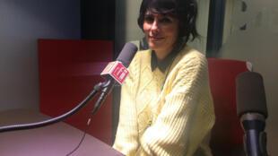 La chanteuse Loane au micro de RFI.