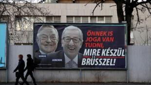 Les affiches accusent Jean-Claude Juncker, président sortant de la Commission européenne, et le milliardaire américain d'origine hongroise George Soros de comploter pour attirer davantage de migrants musulmans en Europe.