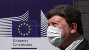 2020-04-10T143756Z_2114695984_RC2Q1G921XUD_RTRMADP_3_HEALTH-CORONAVIRUS-EU-ECONOMY-ANALYSIS