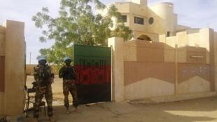 Des soldats de la Minusma montent la garde devant le gouvernorat de Kidal, le 15 novembre 2013.