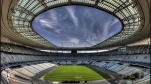 """ورزشگاه  Stade de France """"اِستاد دو فرانس""""، در حومه شمالی پاریس، مهمترین ورزشگاه مسابقات """"یورو  2016"""" می باشد که بیش از ٨٠ هزار نفر ظرفیت دارد. بازی افتتاحیه و بازی فینال جام ملتهای اروپا در این ورزشگاه برگزار خواهد شد."""
