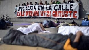 """Espanhóis protestam nesta quarta-feira em frente ao Banco BBVA, em Bilbao, com uma faixa que diz """"Eles nos deixaram na rua""""."""
