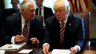 Tổng thống Mỹ Donald Trump (P) với ngoại trưởng Rex Tillerson trước khi có tin ông Tillerson thất sủng, Nhà Trắng, Washington, 12/06/017.