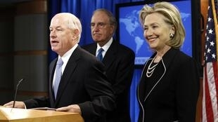 Philip Crowley, porte-parole démissionnaire du Département d'Etat (c) aux côtés de Hillary Clinton et  de George Mitchell, en août 2010 à Washington