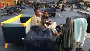 Juliet et son fils Moses dorment dans ce gymnase depuis jeudi dernier, 7 novembre 2019.