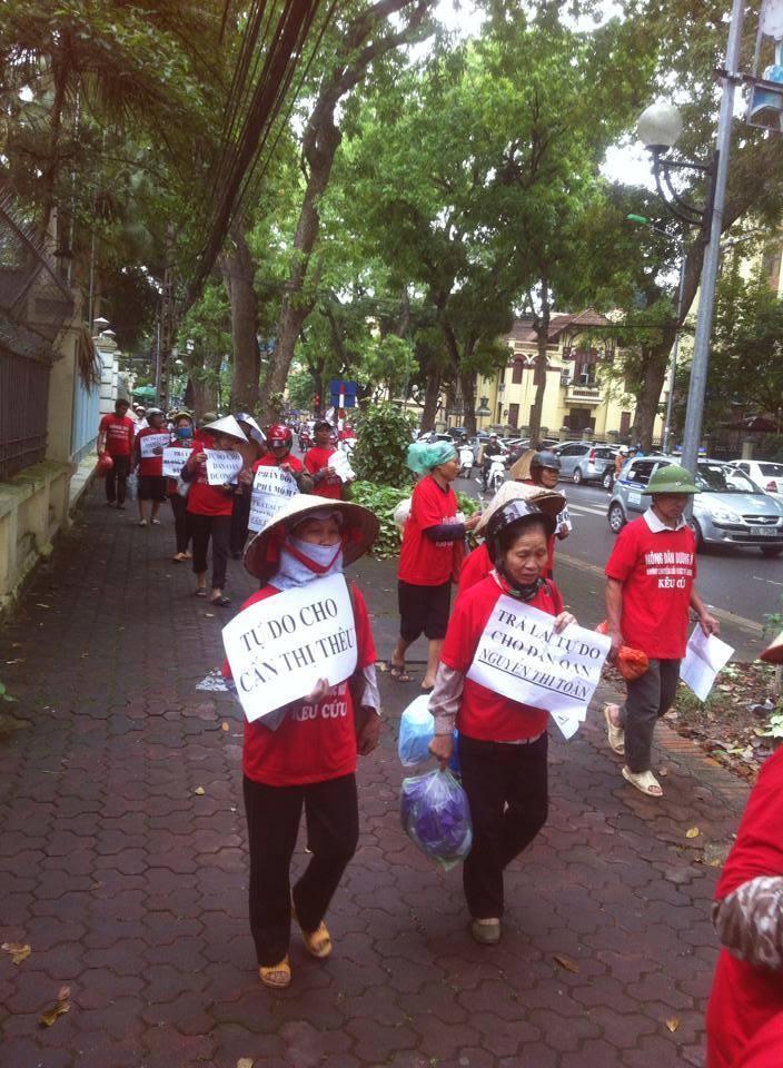 Nông dân mất đất ở Dương Nội biểu tình đòi thả 5 người đang bị giam (DR)