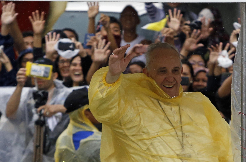 Đức Giáo hoàng Phanxicô vẫy chào giáo dân, nhân chuyến thăm đảo Leyte - REUTERS /Erik De Castro