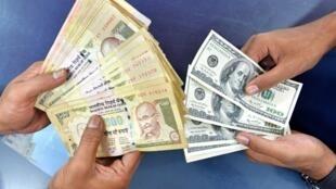 Echange de devises dans un bureau de change à Bangalore, Inde.