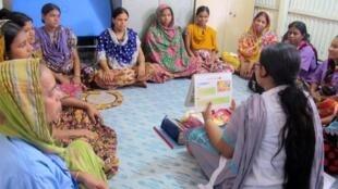 Dans la «cabane des naissances», située en pleine coeur du grand bidonville de Korail, à Dacca. Une auxiliaire obstétricienne de BRAC donne les derniers conseils à ces femmes enceintes du quartier, qui vont accoucher ici dans quelques jours.