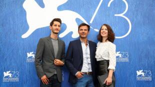 Франсуа Озон (в центре) со своими актерами в Венеции