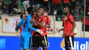 Landú, guarda-redes angolano (esquerda), durante o jogo Angola-Camarões em Agadir, Marrocos, a 20 de Janeiro de 2018.