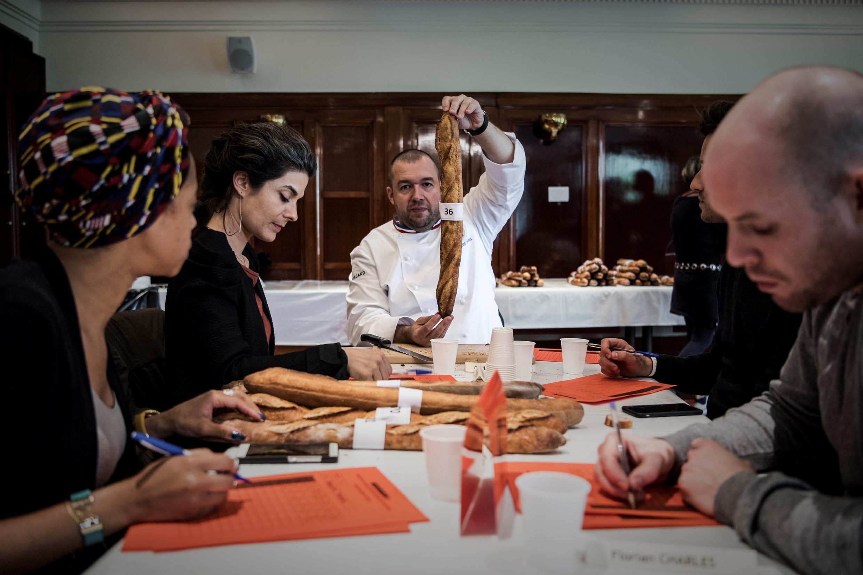 Ban giám khảo cuộc thi Bánh mì dài ngon nhất Paris năm 2017 đang chấm điểm bánh mì.