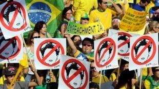 Des dizaines de milliers de personnes ont investi les rues de São Paulo, le 16 août 2015, la capitale financière du Brésil, et d'autres villes pour protester contre les affaires de corruption notamment.