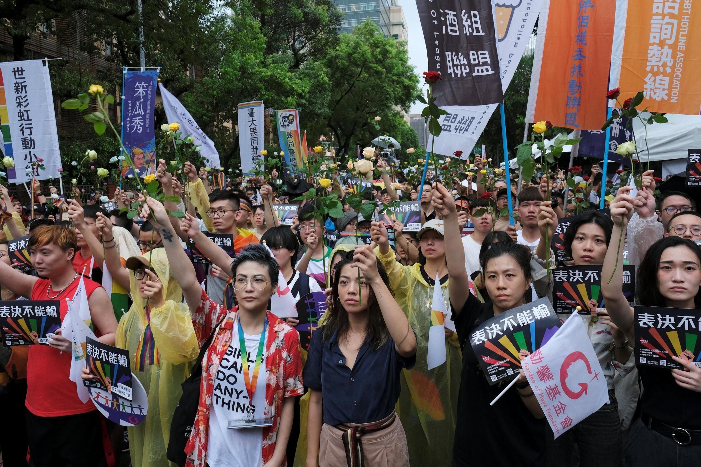 台湾支持同性婚姻合法民众2019年5月17日在台湾立法院外冒雨力挺投票通过立法。