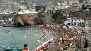 A la plage de la pointe Pescade, Alger.