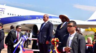 Waziri mkuu wa Israel Benjamin Netanyahu akiwa na mwenyeji wake rais wa Uganda, Yoweri Mseveni kwenye uwanja wa ndege wa Enttebe, Julai 4, 2016
