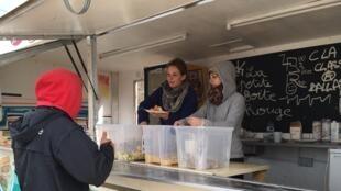 Distribution des repas, de vêtements, travaux ou sécurité des migrants: chaque jour, des dizaines de bénévoles sont nécessaires pour assurer le fonctionnement du camp.