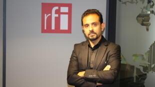 رضا صادقپور در استودیو بخش فارسی رادیو بینالمللی فرانسه