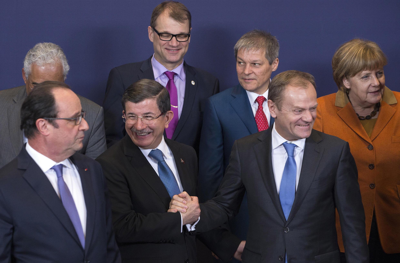Los líderes europeos junto al Primer ministro turco Ahmet Davutoglu el 7 de marzo pasado en el marco de una cumbre europea en Bruselas