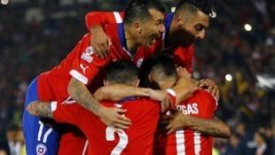 'Yan Wasan Chile na murnar kwallon da Arturo Vidal ya zira a ragar Ecuador