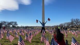 De nombreux Américains sont venus récupérer des drapeaux américains sur le National Mall dès sa réouverture au public, au lendemain de l'investiture de Joe Biden.