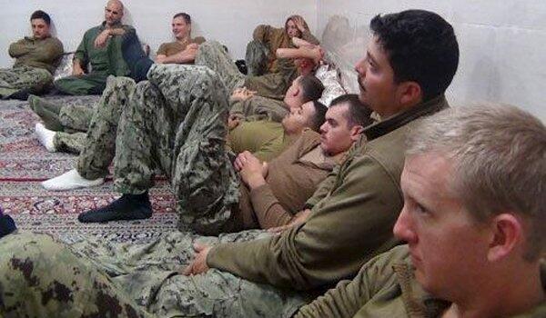Ảnh 10 thủy thủ Hoa Kỳ bị bắt do Iran cung cấp.