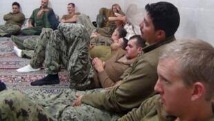 伊朗電視台畫面顯示美國水兵坐在地毯上