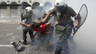 Confrontos entre manifestantes e policiais gregos nesta quarta-feira, dia de greve geral no país.