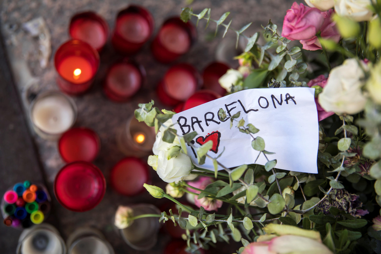 Люди приносят свечи и цветы в память жертв терактов в Мадриде, 21 августа 2017 г.