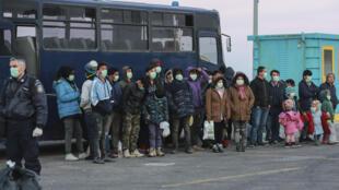 Unos migrantes llegan al puerto de Mitilene, en la isla griega de Lesbos, el 20 de marzo de 2020 para ser transferidos a un campamento cerrado en el norte de Grecia