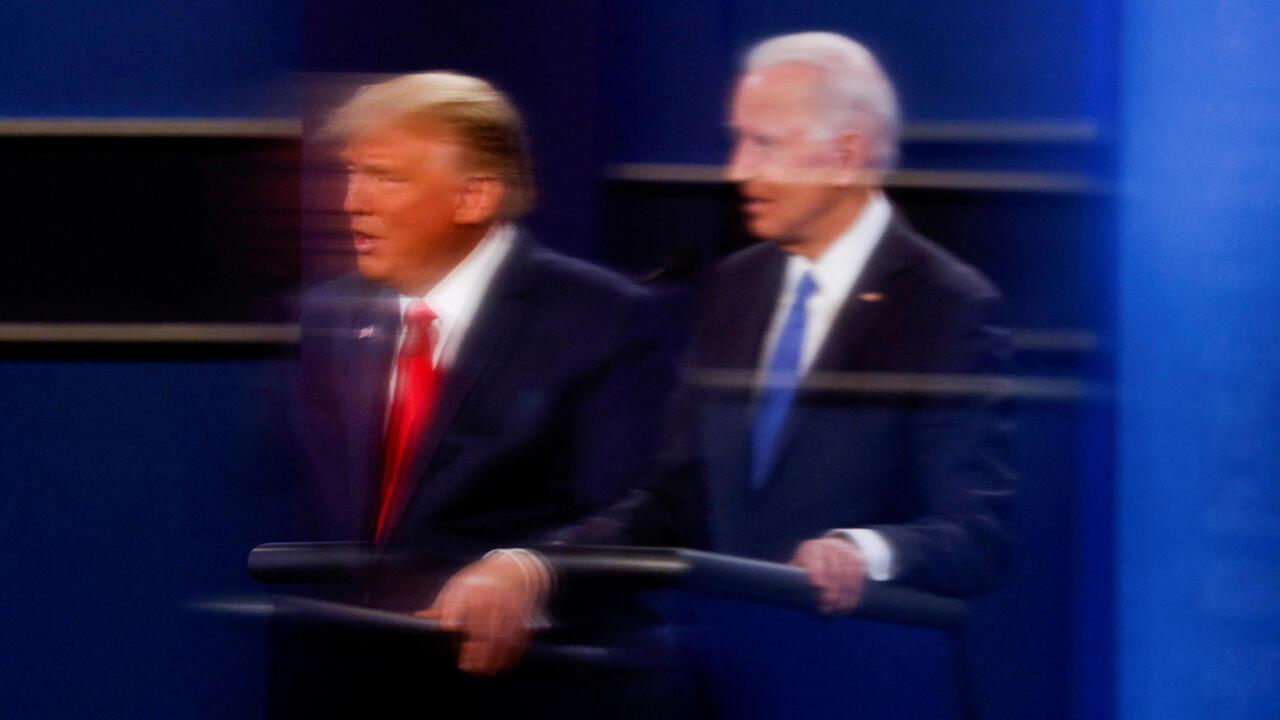 Ảnh tổng thống Trump (T) và ứng viên Biden phản ánh trên tấm che plexiglass nhân cuộc tranh luận ở Nashville, Tennessee, ngày 22/10/2020.