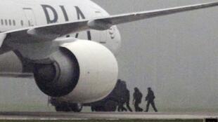 A rota do avião foi desviada por causa da ameaça de bomba.