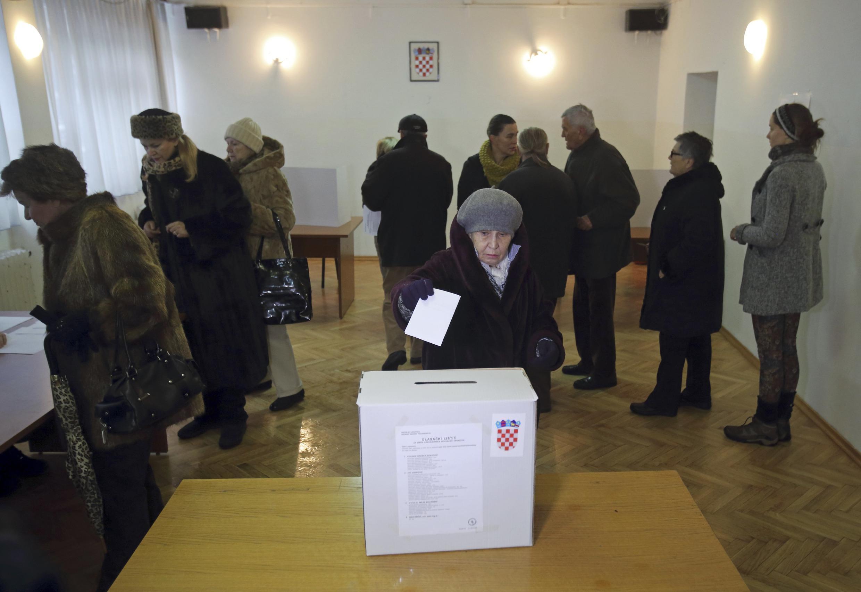 Tại một phòng phiếu ở Zagreb, thủ đô Croatia, ngày 28/12/2014.