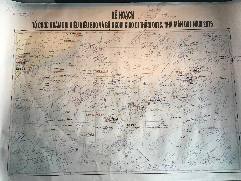 Bản đồ quần đảo Trường Sa với chữ ký của Đoàn công tác số 6 gồm 69 Việt Kiều của 69 nước và vùng lãnh thổ.