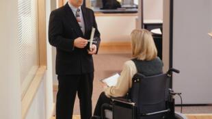 En France, la loi oblige les entreprises de plus de 20 salariés à employer au moins 6% de personnes handicapées.