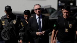 Le président du Comité olympique brésilien Carlos Arthur Nuzman, arrêté par la police, à Rio de Janeiro, le 5 octobre 2017.