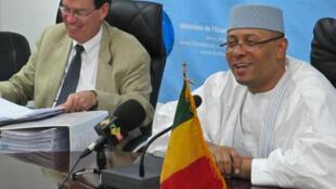Christian Josz, chef de la délégation du FMI (G), et Mamadou Igor Diarra, ministre malien de l'Économie, lors de la visite du FMI au Mali le 15 septembre 2015.