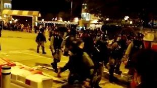防暴警察驱散堵塞马路的群众并拆除路障。当地居民因不满政府管理武汉病毒做法发起自救行动