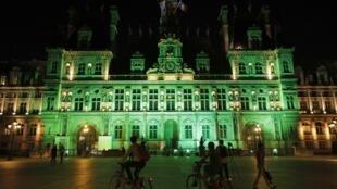 巴黎市政廳用綠光回應特朗普宣布退出巴黎氣候協定2017年6月1日