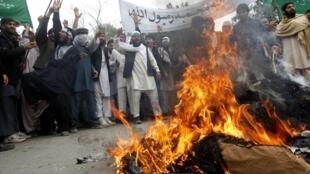 Những người biểu tình Afghanistan đốt hình nộm của tổng thống Barack Obama tại tỉnh Jalalabad, ngày 13/03/2012, để phản đối việc một lính Mỹ giết hại 16 thường dân.