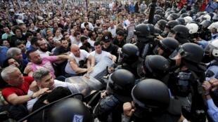 Au centre de Skopje, des manifestants affrontent les forces de police macédoniennes, le 5 mai 2015.