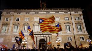 هواداران استقلال کاتالونیا شب جمعه 27 اکتبر در بارسلون اعلام استقلال این منطقه را جشن گرفتند.