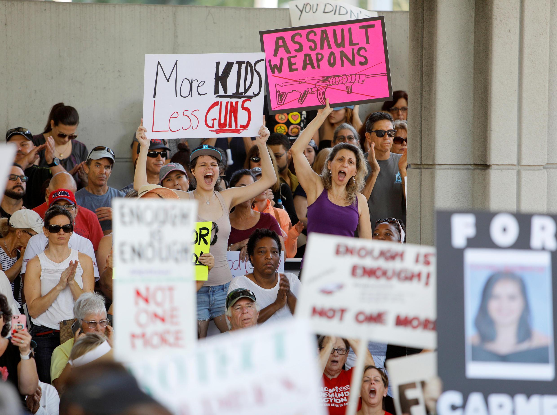 Những người phản đối kêu gọi kiểm soát chặt chẽ hơn nữa việc mua bán và sử dụng súng sau vụ xả súng ở trường trung học Marjory Stoneman Douglas, bang Florida, Hoa Kỳ, ngày 17/02/2018.